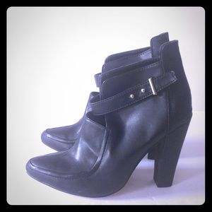 Black bootie with ankle closure Sz 6